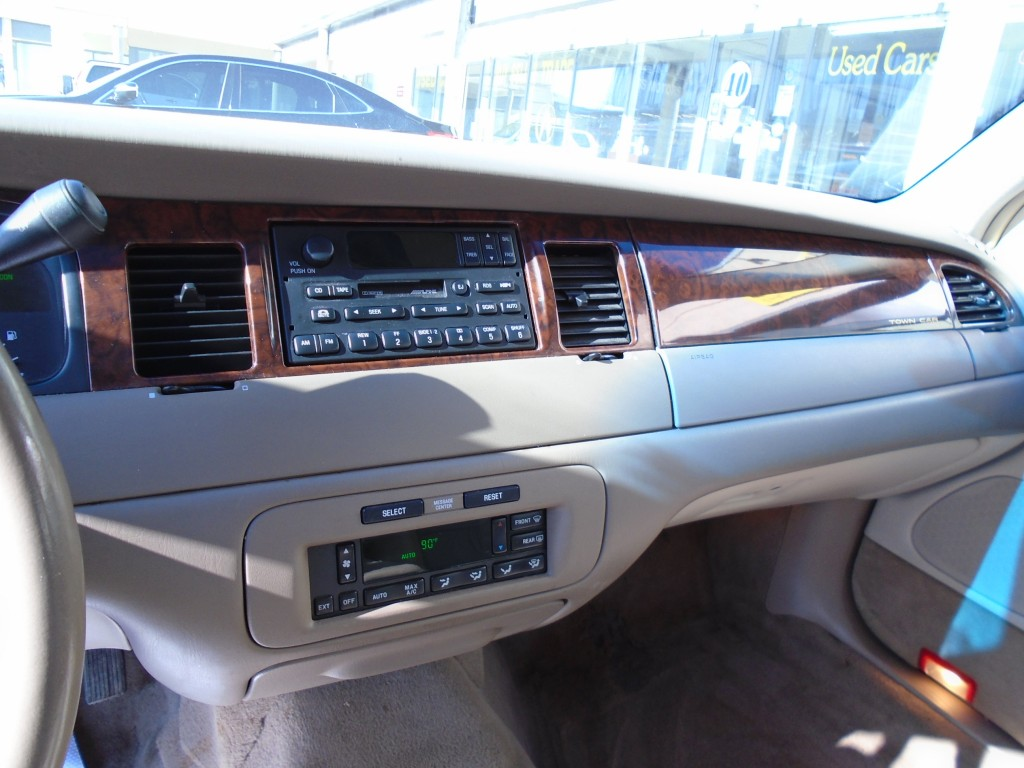 2000-Lincoln-Town Car